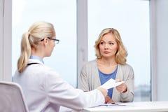 Doktor, der der Frau Verordnung am Krankenhaus gibt Lizenzfreies Stockbild
