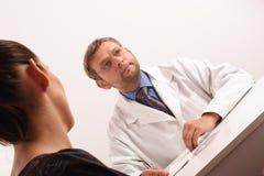 Doktor, der an Diagnose denkt. lizenzfreies stockbild
