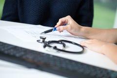 Doktor, der Diagnose erklärt Stockfotografie