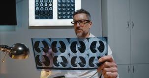 Doktor, der Diagnose Kamera mit MRI-Scan erklärt stock video footage