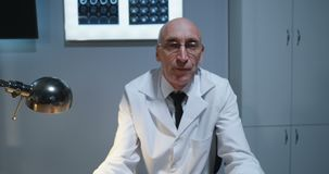 Doktor, der Diagnose Kamera mit MRI-Scan erkl?rt stock video