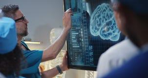 Doktor, der Diagnose Kollegen erklärt stock footage