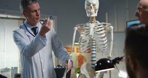 Doktor, der Diagnose seinen Kollegen erkl?rt stock video