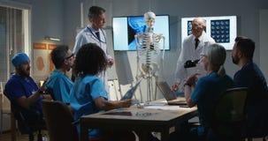 Doktor, der Diagnose seinen Kollegen erkl?rt stock video footage