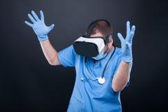 Doktor, der die Gläser der virtuellen Realität fungieren wütend oder erschrocken verwendet stockbild