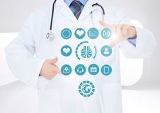 Doktor, der digital erzeugte medizinische Ikonen berührt Lizenzfreies Stockfoto