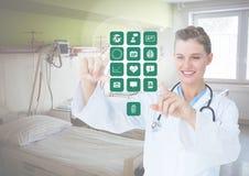 Doktor, der digital erzeugte medizinische Ikonen berührt Stockfotografie