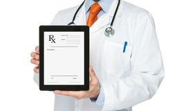 Doktor, der digitale Tablette mit Verordnung anhält stockbild