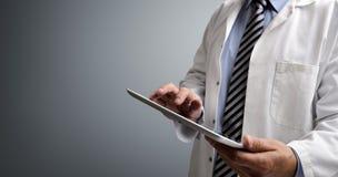 Doktor, der digitale Tablette verwendet Stockbild