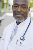Doktor, der direkt zur Kamera schaut lizenzfreies stockfoto