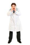 Doktor, der durch geformte Hände des Megaphons schreit Lizenzfreie Stockfotos