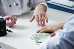 Doktor, der ein Bestechungsgeld ablehnt Stockbilder