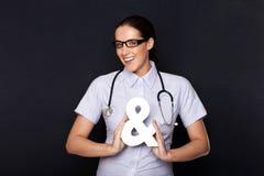 Doktor, der ein Etzeichensymbol anhält stockfotos