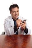 Doktor, der ein PDA verwendet Stockbilder
