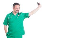 Doktor, der ein selfie nimmt Lizenzfreie Stockfotografie