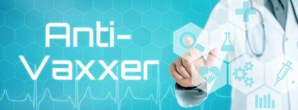 Doktor, der eine Ikone auf einer futuristischen Schnittstelle - anti--Vaxxer berührt lizenzfreies stockfoto