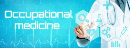 Doktor, der eine Ikone auf einer futuristischen Schnittstelle - beruflich berührt lizenzfreies stockbild