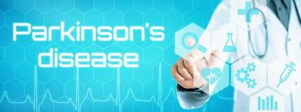 Doktor, der eine Ikone auf einer futuristischen Schnittstelle - Pakinsons-Di berührt lizenzfreie stockfotos