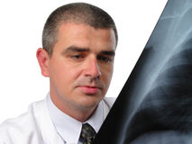Doktor, der eine Kastenröntgenphotographie analysiert lizenzfreies stockfoto
