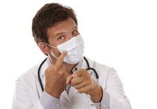 Doktor, der eine Schablone trägt lizenzfreie stockbilder