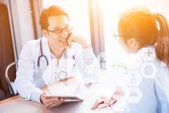 Doktor, der eine Tablette für medizinische Berufstechnologie verwendet lizenzfreie stockfotografie