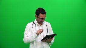 Doktor, der eine Tablette verwendet stock video footage