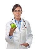 Doktor, der einen Apfel als gesundes Essenbeispiel gibt Stockbild
