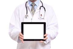 Doktor, der einen leeren Tablet-Computer hält Lizenzfreie Stockfotografie