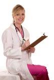 Doktor, der geduldiges Diagramm liest Stockfotografie