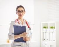 Doktor der jungen Frau lizenzfreie stockbilder