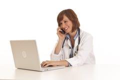 Doktor der jungen Frau im weißen Mantel stockfotos