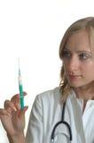 Doktor der jungen Frau mit Spritze Lizenzfreies Stockfoto