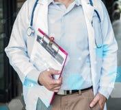 Doktor-, der körperlichen Untersuchung und des Herzens Krankheits-Kontrolleur stockfoto