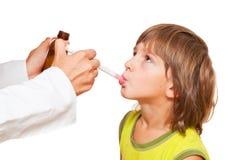Doktor, der Kindermedikation gibt Stockfoto