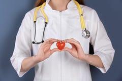 Doktor, der kleines Herz, Nahaufnahme hält lizenzfreies stockbild