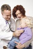 Doktor, der kleines Mädchen überprüft Stockfoto