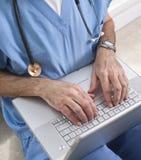 Doktor an der Laptop-Nahaufnahme Lizenzfreie Stockbilder