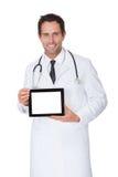 Doktor, der leere digitale Tablette darstellt Lizenzfreie Stockbilder