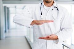 Doktor, der leere Hände hält Lizenzfreies Stockbild