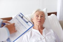 Doktor, der älteren Frauenpatienten am Krankenhaus besucht Stockbild