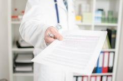 Doktor, der medizinische Anmerkungen zeigt Stockfotografie