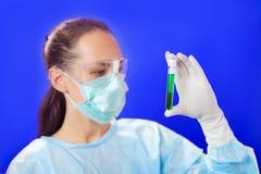 Doktor, der medizinisches Reagenzglas analysiert Lizenzfreies Stockbild