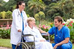 Doktor, der mit dem Wieder.herstellen des Patienten spricht Lizenzfreies Stockbild