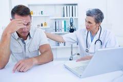 Doktor, der mit ihrem traurigen Patienten spricht Lizenzfreies Stockbild