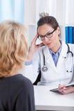 Doktor, der mit Patienten spricht Lizenzfreie Stockfotografie