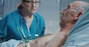 Doktor, der mit Patienten spricht stock video footage