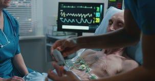Doktor, der mit Patienten spricht stock footage