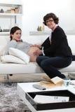 Doktor, der mit schwangerer Frau sich berät Lizenzfreies Stockbild