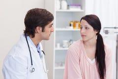 Doktor, der mit seinem Patienten spricht Lizenzfreie Stockfotografie