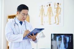 Doktor, der in der Neurologie arbeitet lizenzfreie stockfotos